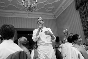 singing-waiter-