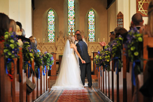 bride and groom kissing in wynyard church
